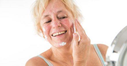 Reifere Haut braucht eine Pflege, welche den Feuchtigkeitsgehalt verbessert. Cremes mit Hyaluronsäure, Liposomen oder Vitaminen können dabei die Zelltätigkeit stimulieren und Depots wieder auffüllen.