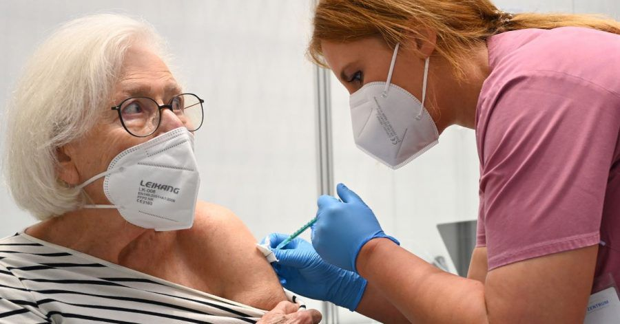 Claudia Kreil (r) vom Impfzentrum am Robert-Bosch-Krankenhaus inStuttgart verabreicht einer Patientin die Auffrischimpfung gegen das Coronavirus.