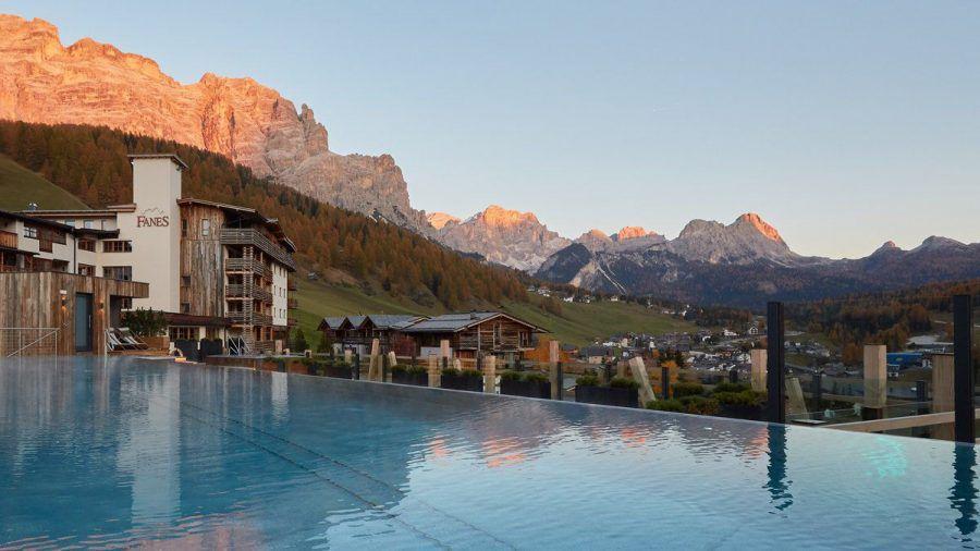 Das Dolomiti Wellness Hotel Fanes thront über dem Örtchen San Cassiano in Südtirol. (dr/spot)