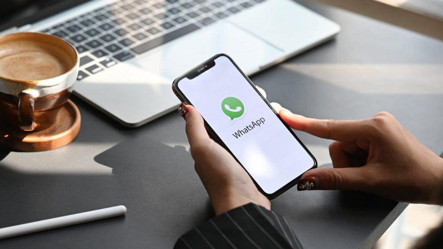 Um WhatsApp-Chatverläufe manuell auf ein neues Handy zu übertragen, ist ein Computer notwendig. Einfacher geht's über die großen Cloud-Speicher. (elm/spot)