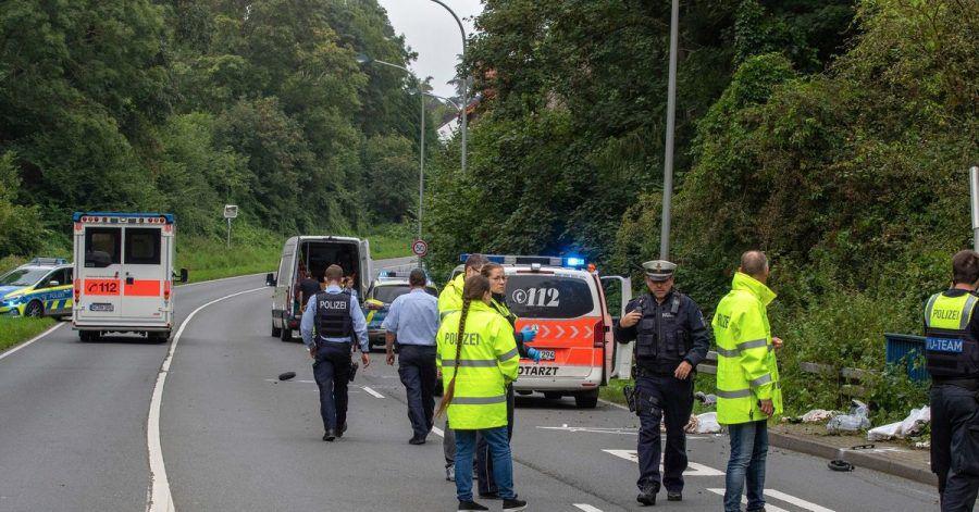 Polizisten stehen am Unfallort, wo ein Kleintransporter eine Mutter und ihr Kind erfasst und tödlich verletzt hat.