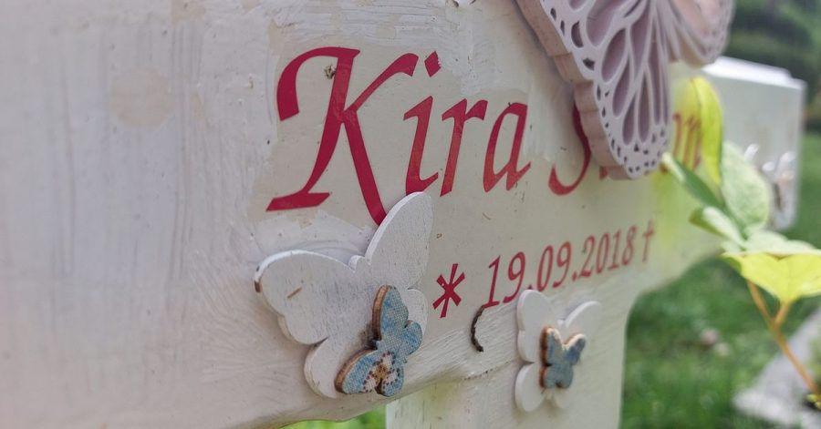 Kiras Grabstein auf dem Friedhof - Geburts- und Sterbedatum fallen auf einen Tag.