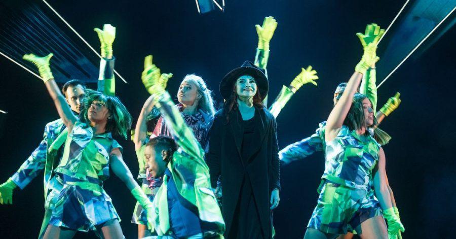 Die Sängerinnen Vajen van den Bosch (M, l.) als Elphaba und Jeannine Michele Wacker als Glinda singen und tanzen mit «Wicked»-Ensemblemitgliedern.