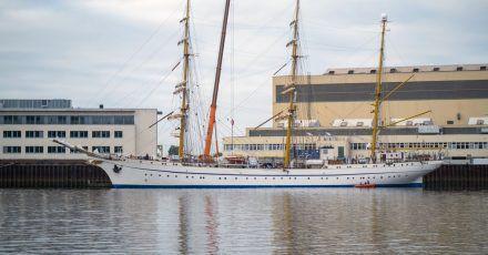 Die Gorch Fock verlässt die Lürssen-Werft. Das Schulschiff der Bundesmarine soll eine zweitägige Testfahrt auf der Weser und der Nordsee absolvieren.