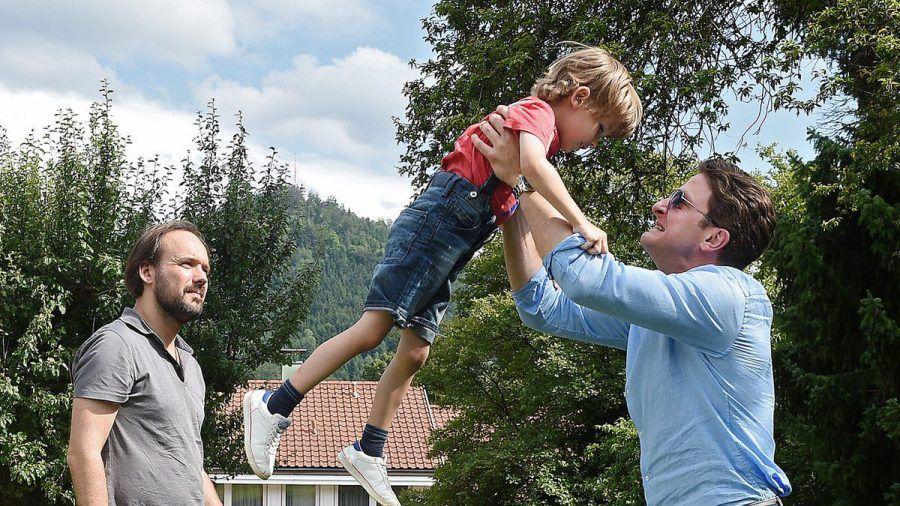 """""""Zur Hölle mit den anderen"""": Erik (Holger Stockhaus) will Steffen (Felix Knopp) zeigen, dass er sich mindestens so gut mit seinem Sohn versteht wie der mit seiner Tochter. (cg/spot)"""