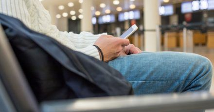 Die «IATA Travel Pass»-App soll die Abwicklung bei Flugreisen vor dem Hintergrund der Corona-Pandemie erleichtern. Ob sie das wirklich kann, bezweifelt ein Verbraucherschützer.