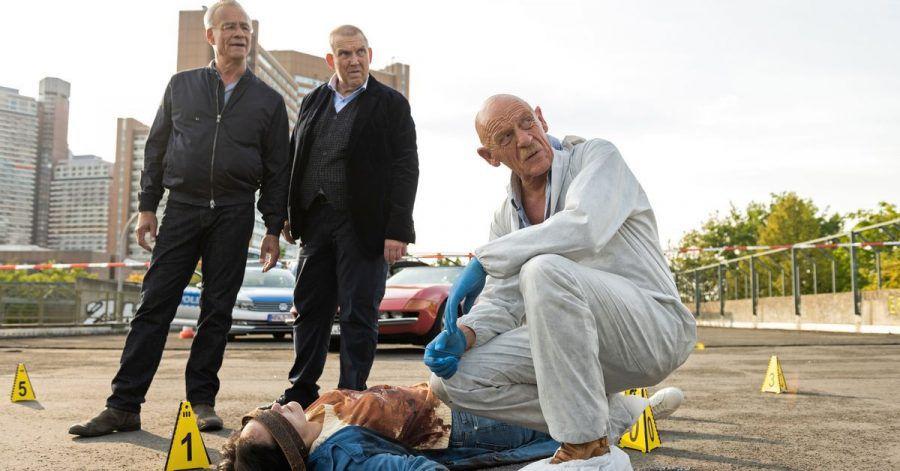 """Rechtsmediziner Dr. Roth (Joe Bausch, r) am Tatort mit den Kommissaren Freddy Schenk (Dietmar Bär) und Max Ballauf (Klaus J. Behrendt l) in einer Szene des """"Tatort - Der Reiz des Bösen»."""
