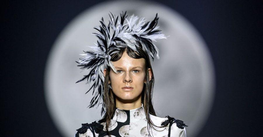 Ein Model zeigt eine Kreation der Designerin Florentina Leitner, die mit ihrer Schau die Mercedes-Benz Fashion Week im Kraftwerk eröffnet hat.