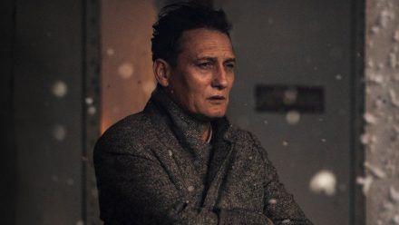 "Oliver Masucci verkörpert in ""Schachnovelle"" den Notar Dr. Josef Bartok. (ncz/spot)"