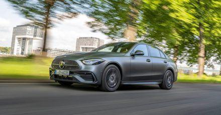Plug-in-Hybrid von Mercedes: Der 300 e besitzt einen Akku mit 25,4 Kilowattstunden (kWh) Gesamtkapazität. Bis zu 100 Kilometer kann das Modell damit rein elektrisch fahren.