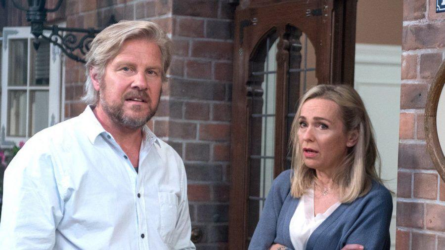 """""""Rote Rosen"""": Mona befürchtet vor Jens, dass sie Andreas auf ihre Hochzeit einladen müssen. (cg/spot)"""
