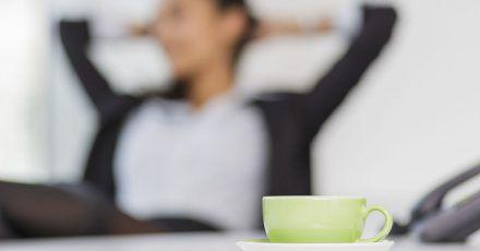 Erholung vom Bildschirm: Ob Kaffeepausen zur Arbeitszeit gehören, lässt sich nicht ganz eindeutig beantworten.
