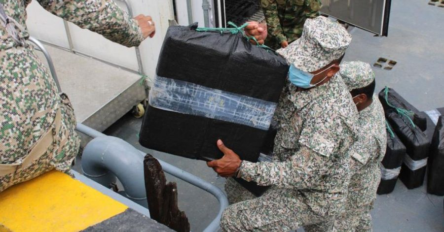 Auf diesem von der kolumbianischen Armee zur Verfügung gestellten Bild entladen Soldaten beschlagnahmte Drogen aus einem Halbtaucher.