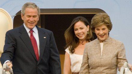 George W. Bush 2008 mit Tochter Barbara (M.) und Ehefrau Laura (r.). (wag/spot)