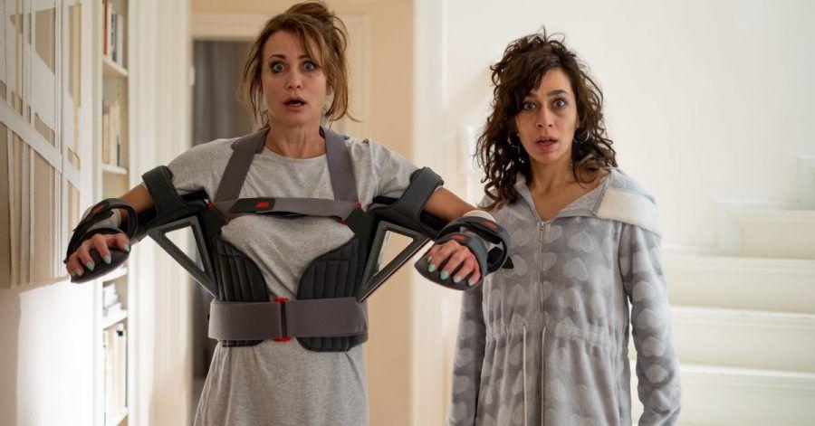 Konstanze (Anja Kling, l) und Jackie (Carol Schuler) in einer Szene der ZDF-Komödie «Dreiraumwohnung».