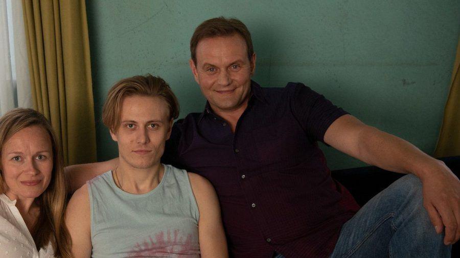 """Schauspieler Devid Striesow (r.) mit einem Teil seiner Filmfamilie - Sohn Niklas (Max Schimmelpfennig, l.) und Ehefrau Anja Wagner (Anja Schneider) - in """"Für immer Eltern"""". (ili/spot)"""