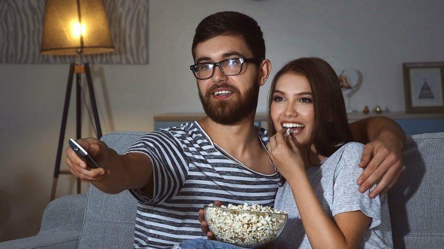 Bei einem gemütlichen Filmabend dürfen heutzutage Streamingdienste wie Amazon Prime Video oder Netflix nicht fehlen. (wue/spot)