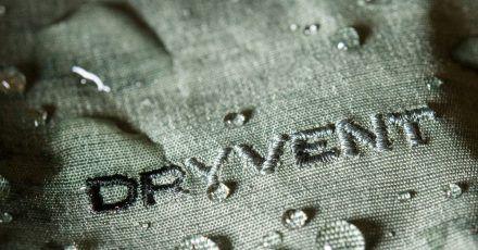 Spezielle Beschichtungen verhindern in Regen- und Sportkleidung, dass Regenwasser in den Stoff eindringt.