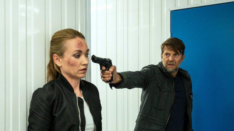 """Sarah Kohr: Stiller Tod"": Dr. Diestel (Kai Wiesinger) bedroht Sarah (Lisa Maria Potthoff) mit einer Waffe. (cg/spot)"