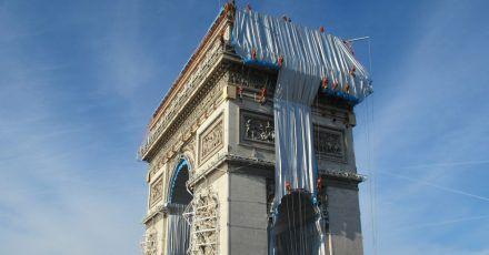 Gebäudekletterer haben mit der Verhüllung des Triumphbogens (Arc de Triomphe) begonnen.
