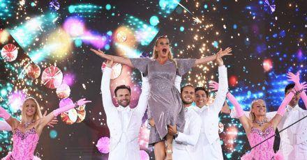 Mit Schwung in den Abend:Barbara Schöneberger lässt sich von «Let's Dance»-Gewinner Rúrik Gíslason auf Händen tragen.