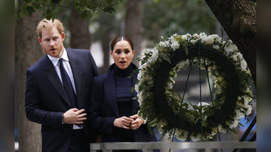 Prinz Harry und seine Frau Meghan vor einem Gedenkkranz am Ground Zero. (stk/spot)