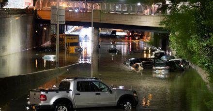 Fahrzeuge in New York stehen im Hochwasser auf einer Straße, die durch die starken Regenfälle, ausgelöst von Hurrikan «Ida», überschwemmt wurden.