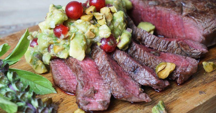 Zum Anbeißen: Damit das Steak perfekt medium gelingt, muss es vorm Anbraten eine Stunde in die nicht zu heiße Röhre. In der Zeit lässt sich die Avocado-Johannisbeer-Salsa zubereiten.