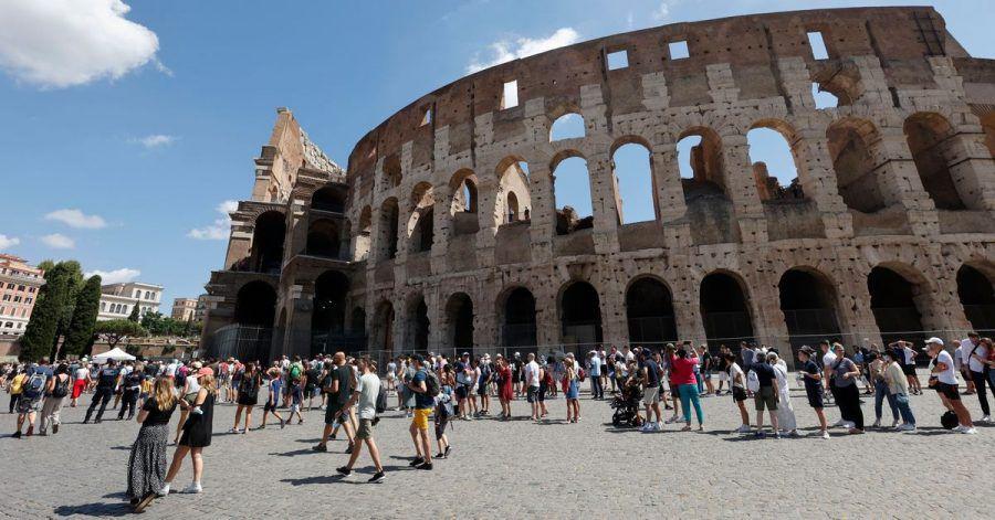 Touristen warten in einer Schlange, um das Kolosseum zu betreten. In Italien gelten ab diesem Mittwoch verschärfte Corona-Regeln.