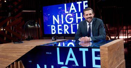 """Klaas Heufer-Umlauf sitzt in der Kulisse seiner Late Night Show """"Late Night Berlin"""" am Schreibtisch."""
