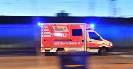 Ein Rettungswagen mit eingeschaltetem Blaulicht. Symbolbild