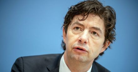 Christian Drosten, Direktor Institut für Virologie der Charité Berlin, nimmt an einer Pressekonferenz zur aktuellen Lage um die Corona Pandemie teil.