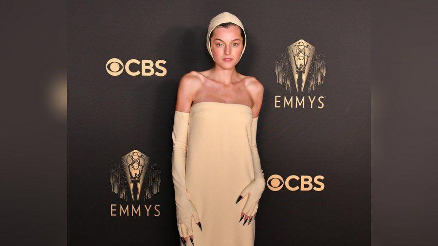 Emma Corrin mit Haube und Krallen auf dem roten Teppich der Emmy Awards. (ili/spot)