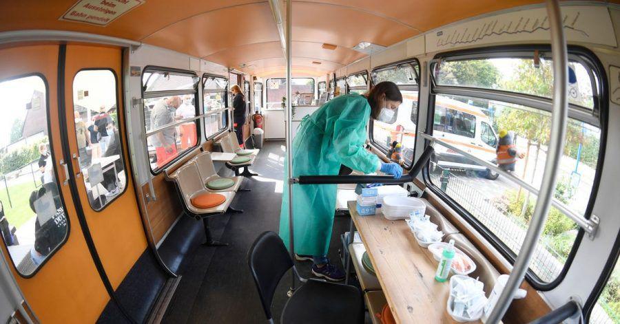 Die medizisch-technische Assistentin (PTA) Katja Dahlmann bereitet in einem stillgelegten Schwebebahnwagen in Wuppertal Corona-Impfungen vor. Eine bundesweite Impfaktionswoche soll neue Fortschritte bringen.