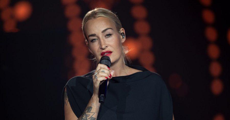 Die deutsche Sängerin Sarah Connor steht auf der Bühne der ARD-Benefizgala.