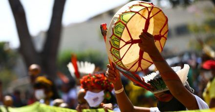 Indigene Frauen in volkstümlichen Trachten bei einer Kundgebung in Brasília.