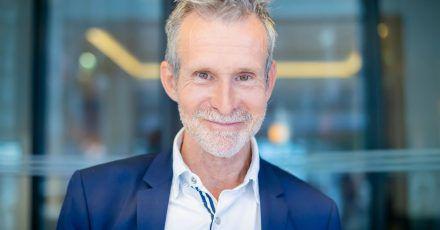 Ulrich Matthes, Schauspieler und Präsident der Deutschen Filmakademie, steht bei einem Fototermin mit der Deutschen Presse-Agentur an einem Berliner Hotel.