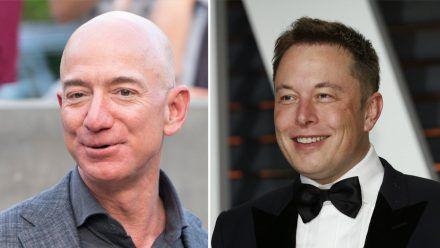 Jeff Bezos (li.) und Elon Musk wollen beide Tourismus ins All etablieren. (stk/spot)