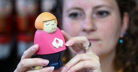 Sina Klement komplettiert in der Schauwerkstatt der Seiffener Volkskunst in Seiffen eine Merkel-Figur.