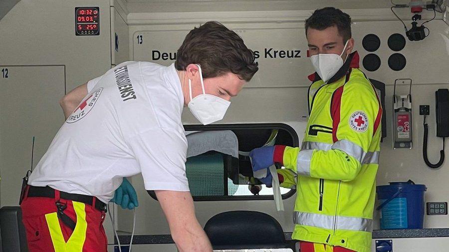 """In """"Erste Hilfe, letzte Rettung - Sanis in Ausbildung"""" werden junge Rettungssanitäterinnen und -sanitäter bei ihrem Arbeitsalltag begleitet. (aha/spot)"""