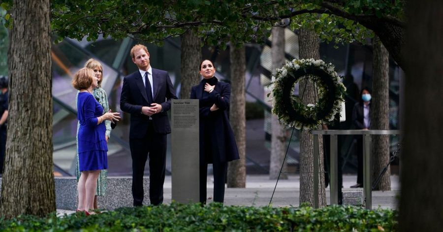 Prinz Harry (2.v.r) und Meghan Markle (r), besuchen das National September 11 Memorial & Museum.