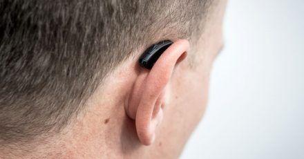 Hörgeräte fallen beim Auf- und Absetzen von Maske, Mütze oder Stirnband mitunter mal runter.