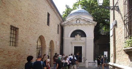 Besucher stehen Schlange, um einen Blick in das Mausoleum des italienischen Nationaldichters Dante Alighieri zu werfen.