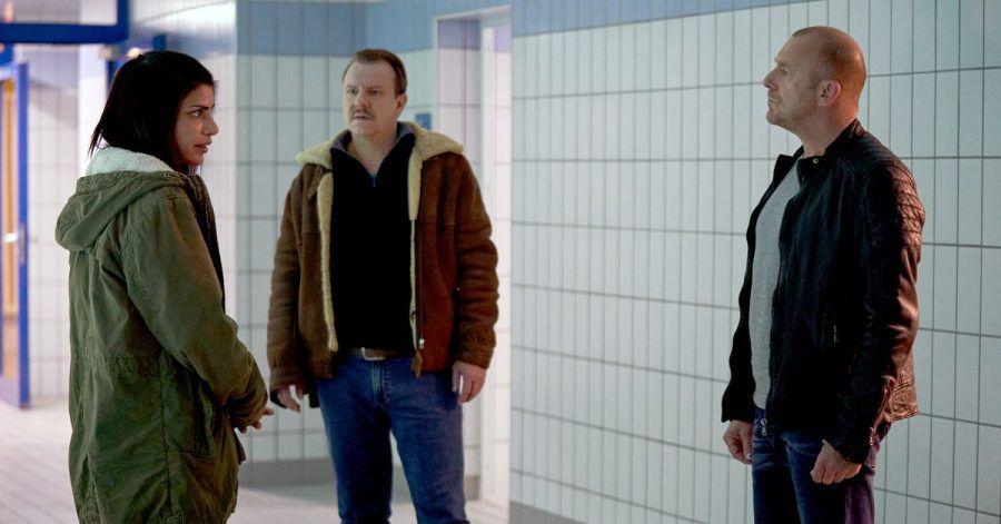 Ingo Thiel (Heino Ferch, r) und sein Kollege Winni (Ronald Kukulies, M) befragen die Schwimmtrainerin Lisa Fechner (Shadi Hedayati) zum Verbleib eines Mädchens.