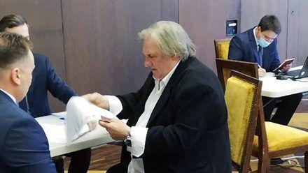 Gérard Depardieu bei seiner Stimmenabgabe in der russischen Botschaft in Paris. (stk/spot)