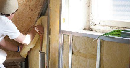 Wer sein Dach dämmt, spart Heizkosten. Bauexperten raten dazu, bei der Sanierung des Eigenheims gleich mehrere Maßnahmen zu kombinieren. So lasse sich auf lange Sicht Geld sparen.
