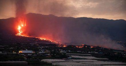 Blick auf den Vulkan Cumbre Vieja, der Lava und Pyroklastika ausstößt.