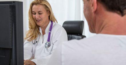 Die Krankschreibung sendet die Arztpraxis künftig digital zur Krankenkasse. Beim Arbeitgeber müssen Beschäftigte den gelben Schein vorerst weiterhin vorlegen.