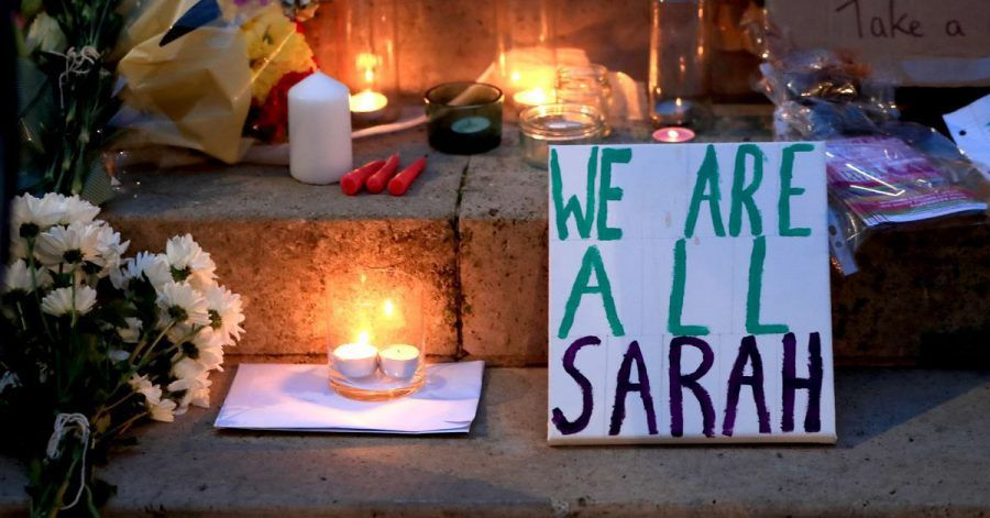 Kerzen und die Botschaft «We are all Sarah» wurden bei einer Mahnwache für die getötete Sarah Everard aufgestellt. (Archivbild)