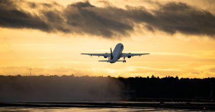 Auf Flugreisen werdenCO2 und andere Treibhausgase ausgestoßen - das ist in der Summe schädlich für das Klima.